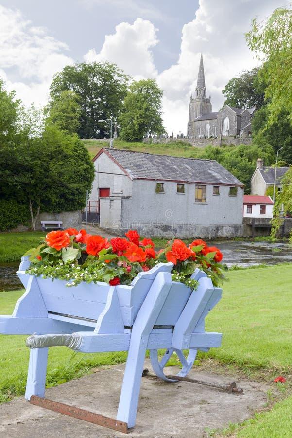Flores do carrinho de mão de roda no parque do castletownroche imagens de stock