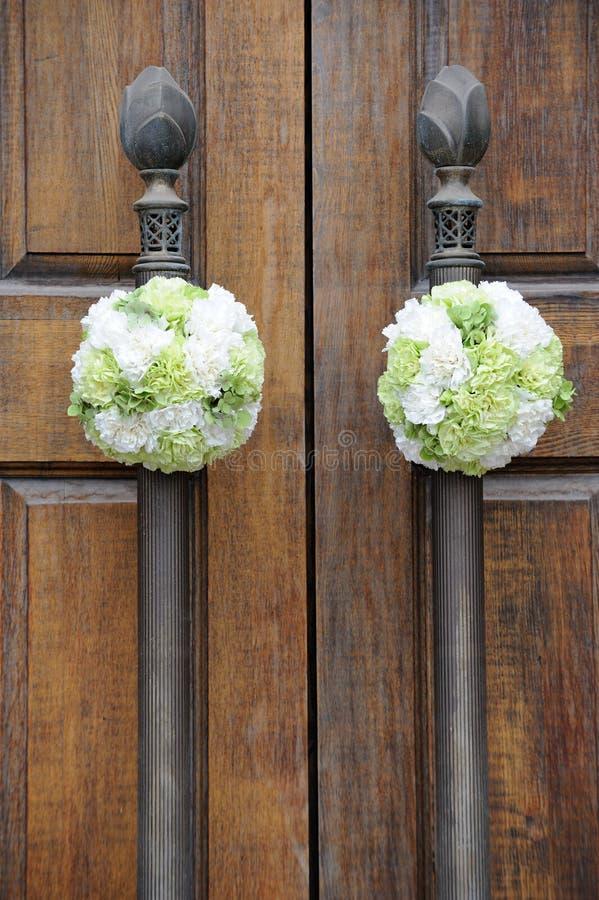 Flores do casamento na porta da igreja imagem de stock