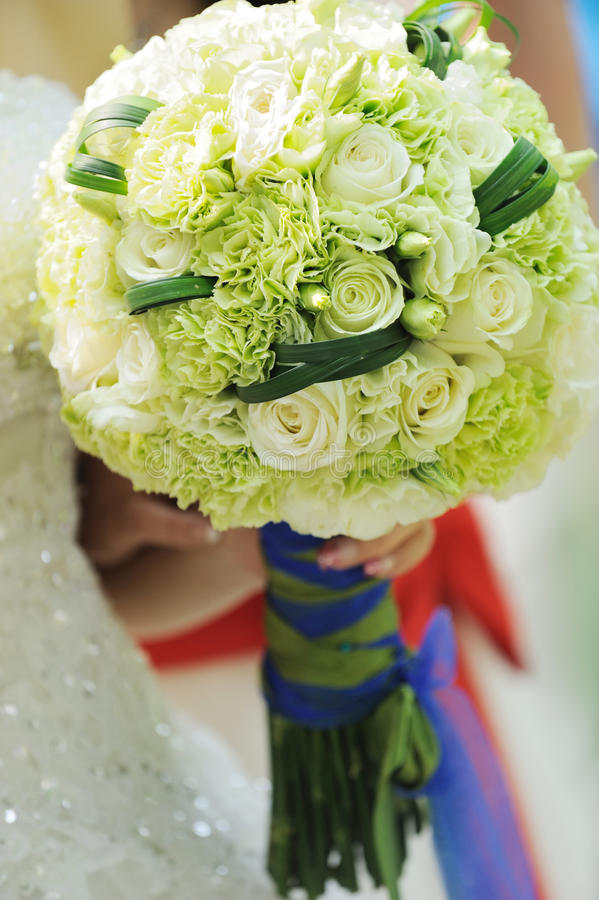 Flores do casamento nas mãos da noiva fotos de stock royalty free