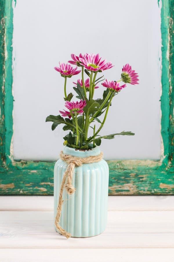 Flores do crisântemo no vaso cerâmico de turquesa fotos de stock