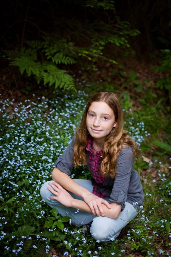 Flores do miosótis e uma menina bonita fotografia de stock