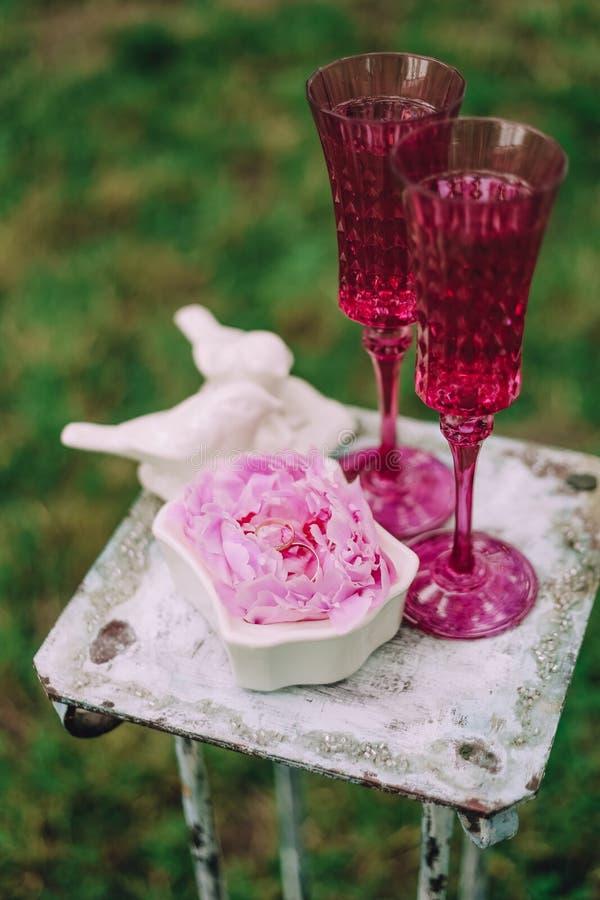 Flores do ouro dos anéis dois vidros do vintage do champanhe imagem de stock royalty free