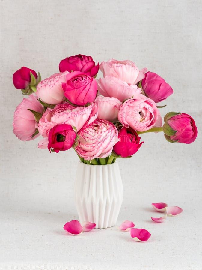Flores do ranúnculo em um vaso fotos de stock royalty free