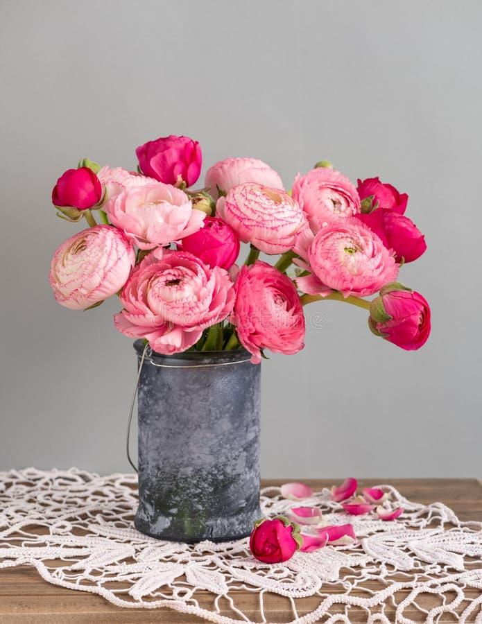 Flores do ranúnculo em um vaso imagem de stock royalty free