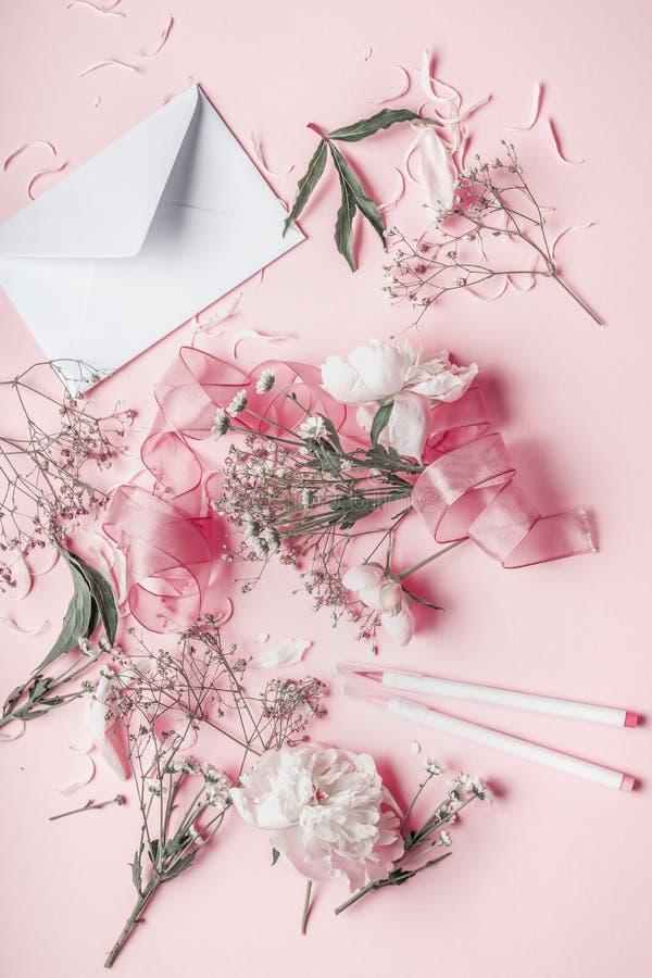 Flores do rosa pastel e envelope, vista superior foto de stock royalty free