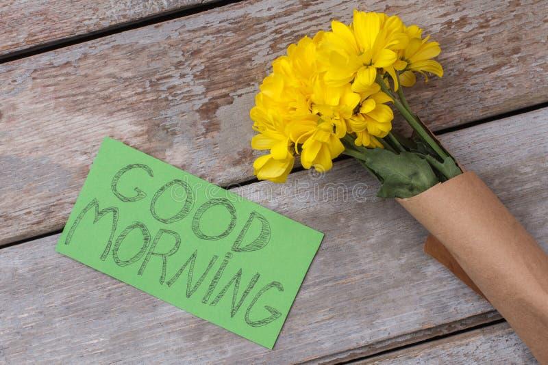 Flores do tupinambo e nota amarelas do bom dia fotos de stock royalty free
