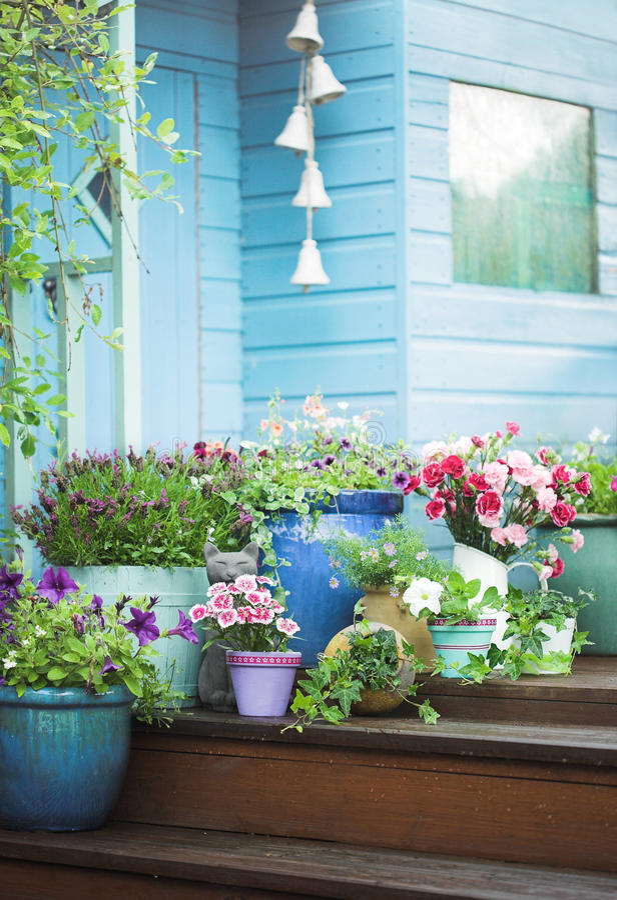Flores do verão e vertente potted do jardim fotos de stock