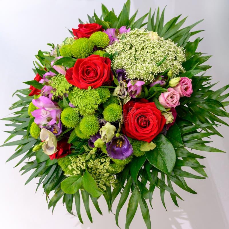 Flores do verão no arranjo, ramalhete luxuoso com as rosas vermelhas bonitas, umbel da cenoura e sweetwilliams fotografia de stock
