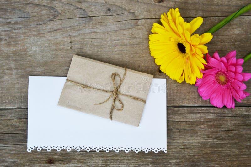 Flores dos Gerberas na madeira fotografia de stock