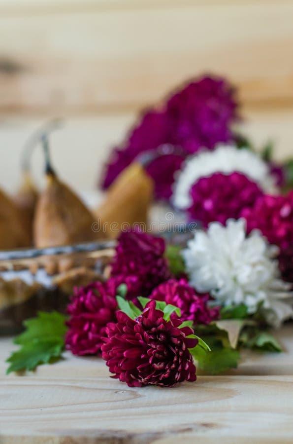 Flores dulces de la torta y del crisantemo de la pera fotografía de archivo