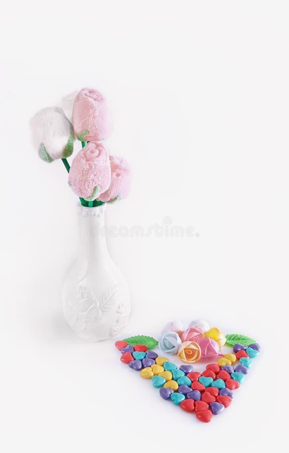 Flores dulces de los corazones de la melcocha y del caramelo para el día del ` s de la tarjeta del día de San Valentín fotografía de archivo