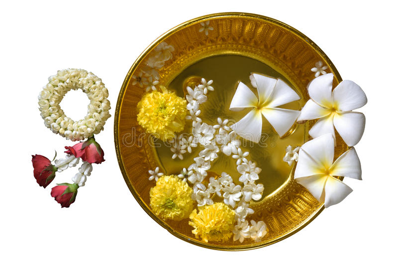 Flores e água tailandesas de festão com jasmim fotografia de stock