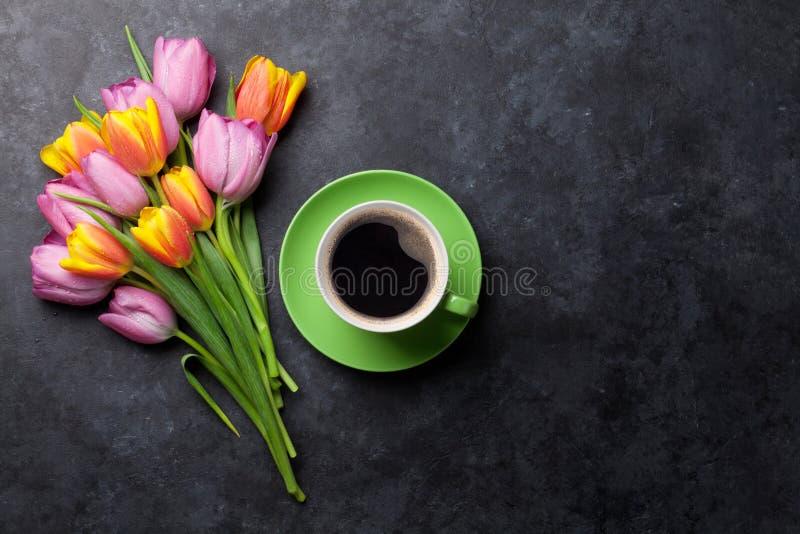 Flores e café coloridos frescos da tulipa imagem de stock royalty free