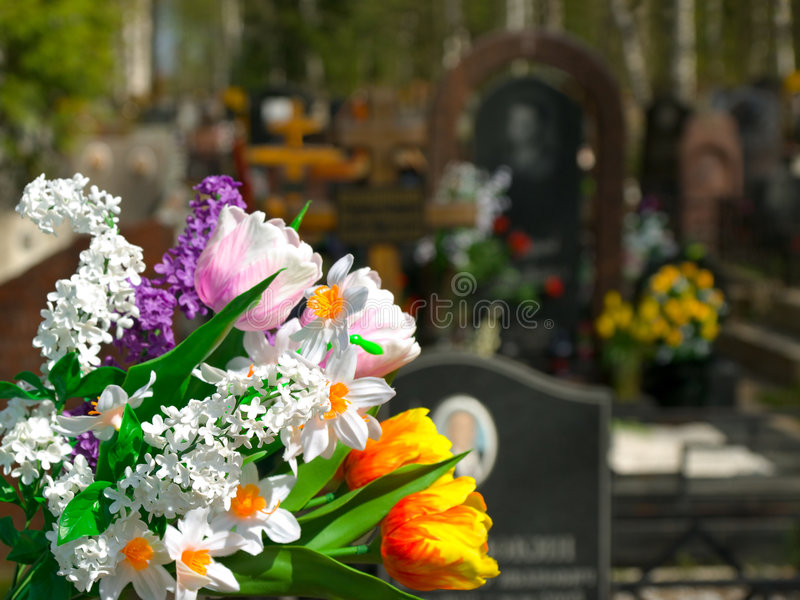 Flores e cemitério fotografia de stock royalty free