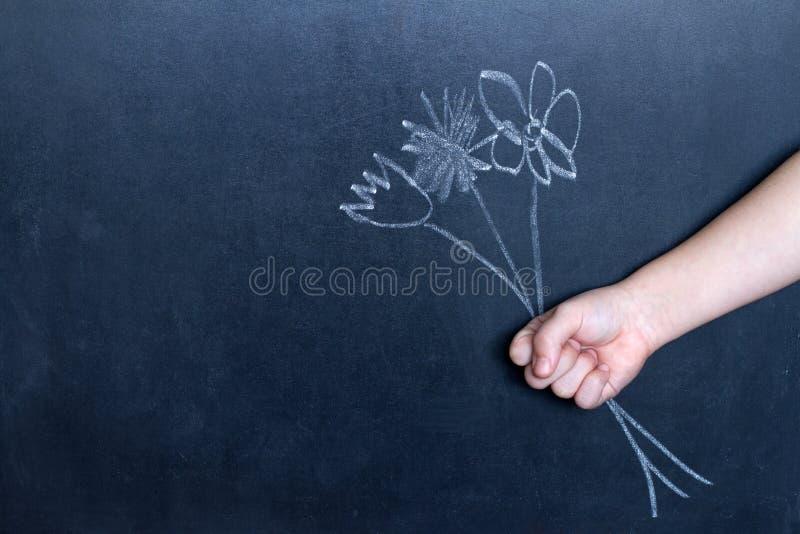 Flores e conceito do fundo do sumário da mão da criança fotos de stock