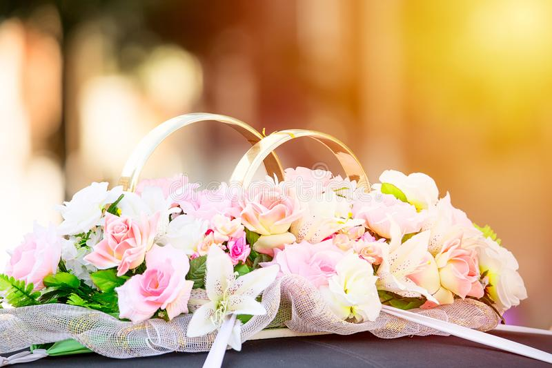 Flores e decoração dourada do ornamento do casamento dos anéis em uma limusina do carro toned imagem de stock