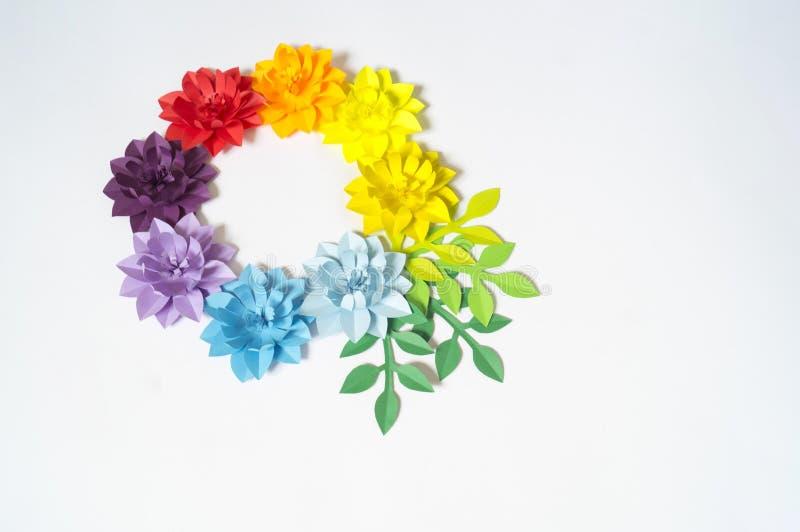 Flores e insetos feitos do papel Flores tropicais e uma borboleta foto de stock royalty free