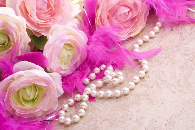 Flores e pérolas com espaço da cópia fotografia de stock