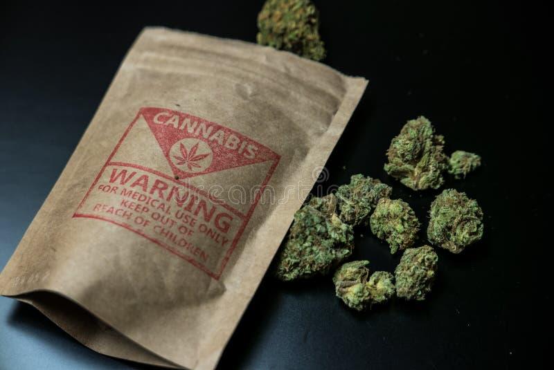 Flores e pacote legais do cannabis fotografia de stock royalty free