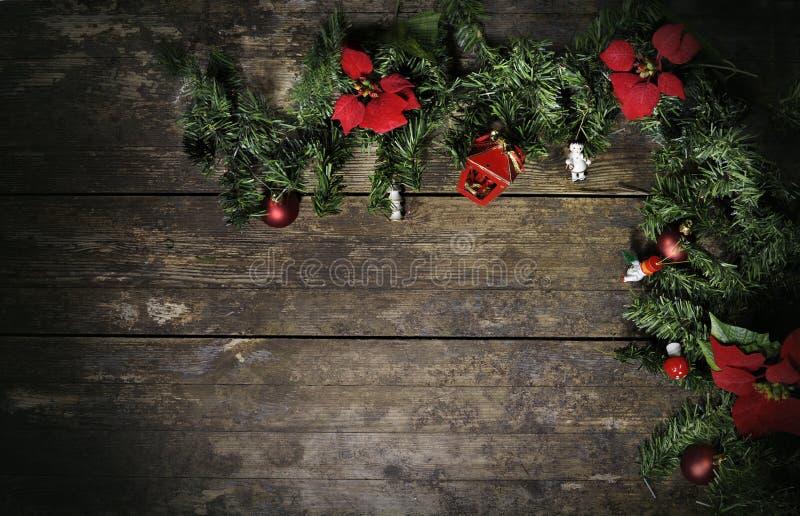 Flores e pinho do Natal na madeira resistida fotos de stock