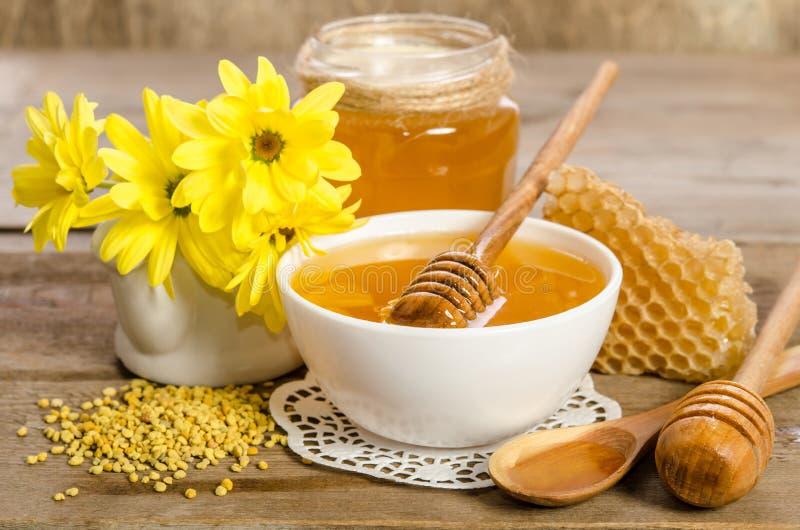 Flores e produtos da abelha & x28 amarelos; mel, pólen, honeycombs& x29; imagem de stock royalty free