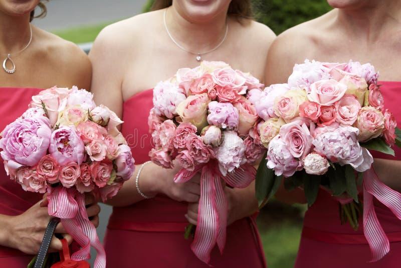 Flores e ramalhetes nupciais do casamento fotografia de stock