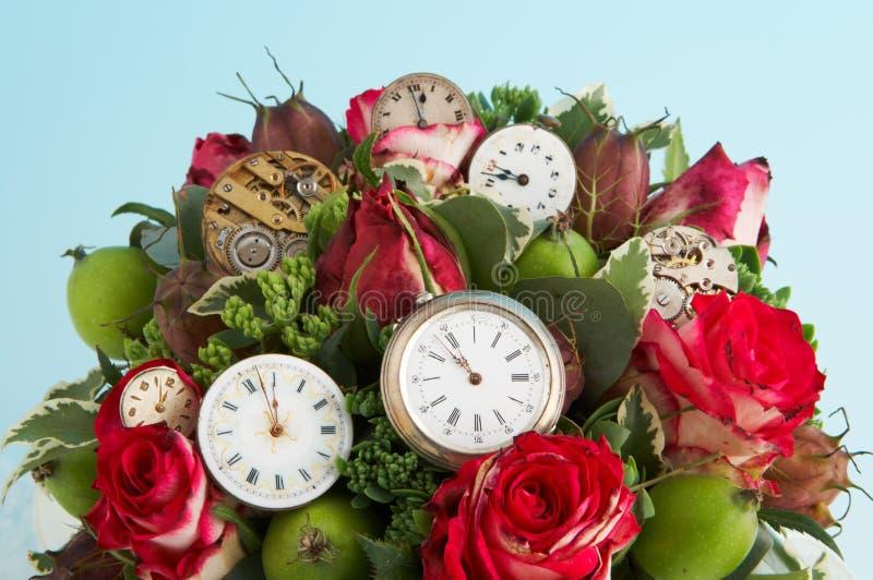 Flores e relógios fotografia de stock