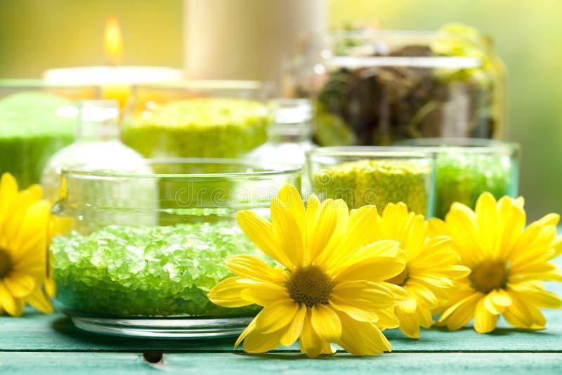 Flores e sal de banho amarelos imagens de stock royalty free