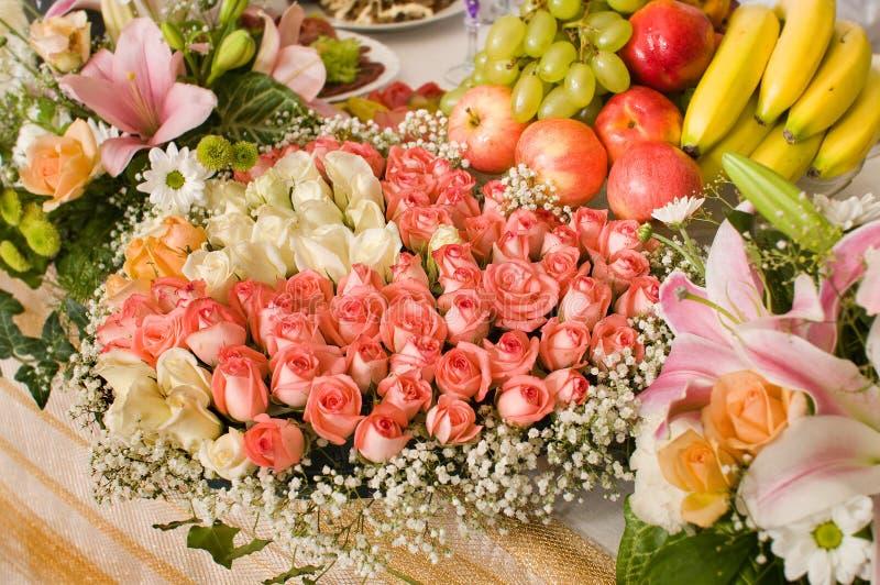 Flores e tabela comemorativo. fotografia de stock
