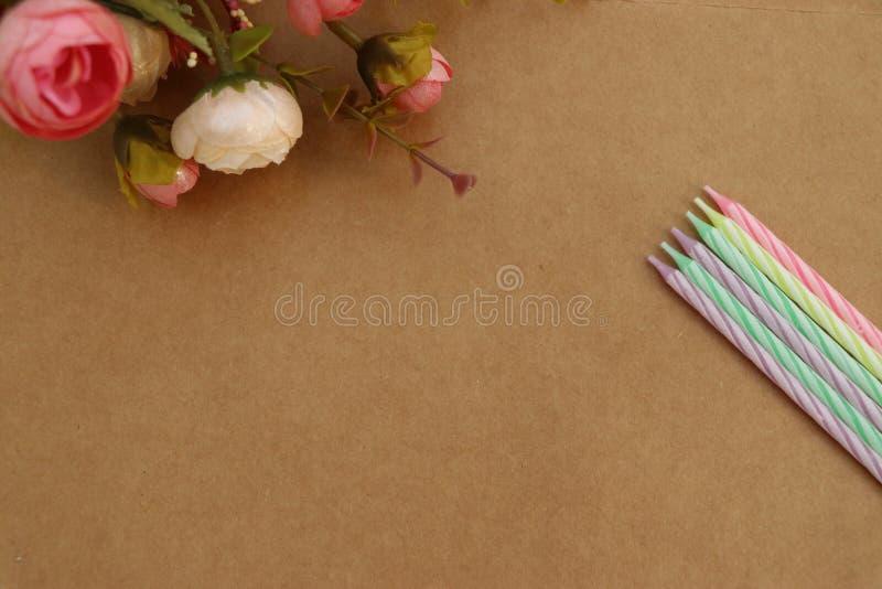 Flores e velas das flores e velas de feliz aniversario! fotos de stock