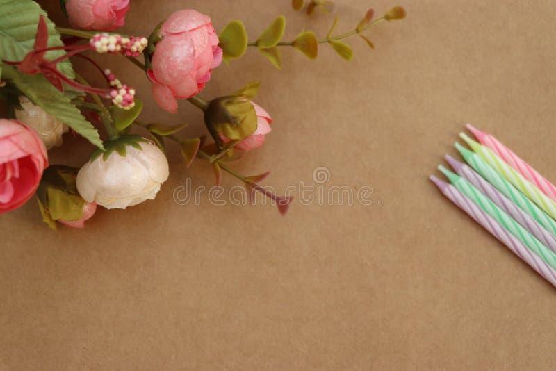 Flores e velas das flores e velas de feliz aniversario! foto de stock royalty free