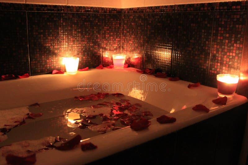 Flores e velas no banho para o feriado foto de stock