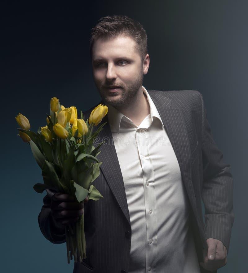 Flores elegantes da terra arrendada do homem fotografia de stock royalty free
