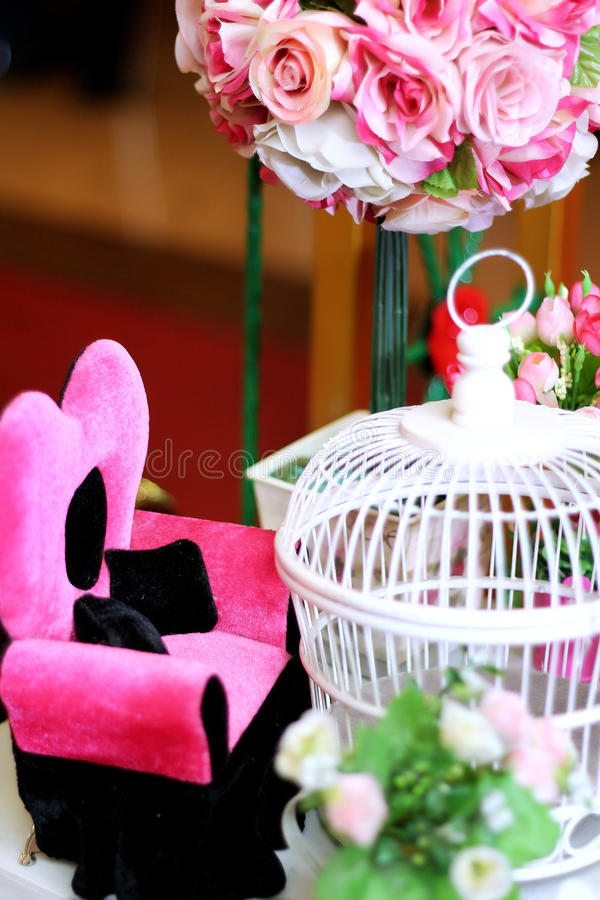 Flores em algum potenciômetro foto de stock royalty free
