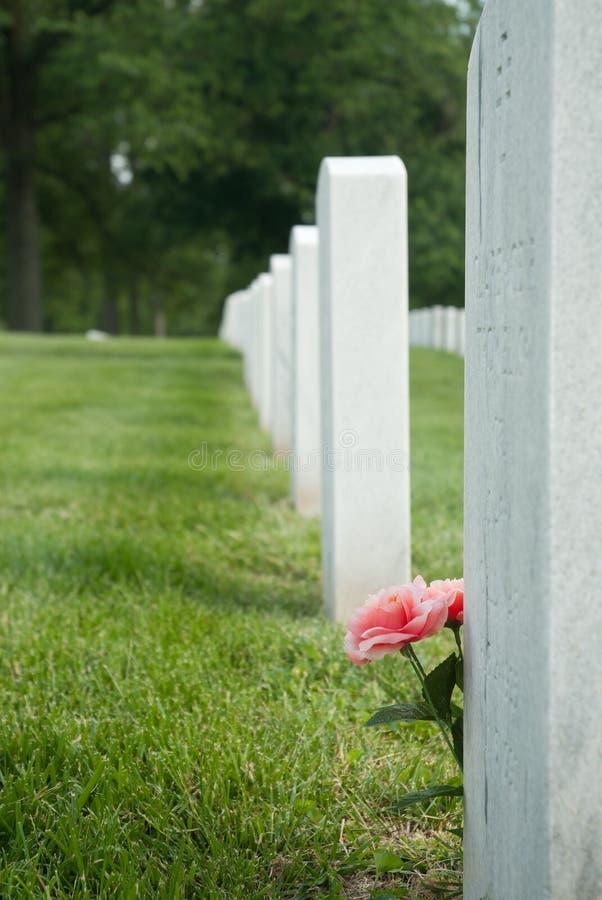 Flores em Gravesite foto de stock royalty free