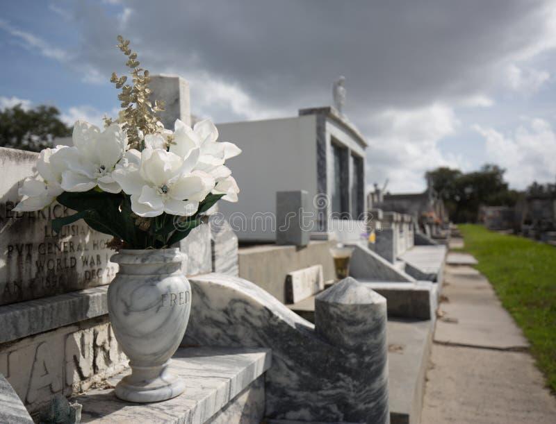 Flores em um cemitério em Nova Orleães fotografia de stock royalty free