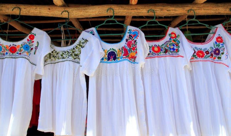 Flores embroided alineada blanca maya de Chiapas foto de archivo