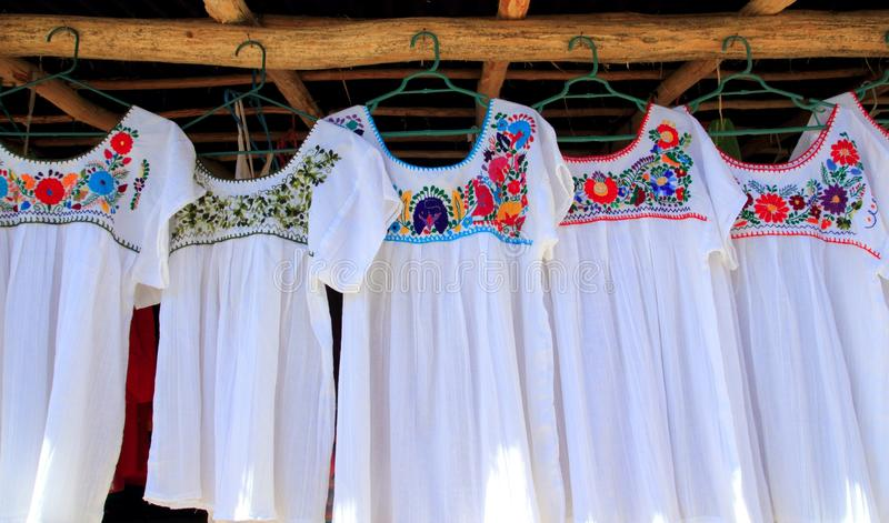 Flores embroided de Chiapas vestido branco maia foto de stock