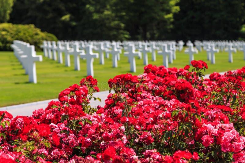 Flores en cementerio fotos de archivo