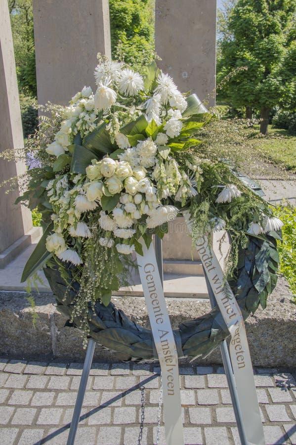 Flores en el monumento Amsterdamseweg Amstelveen de la guerra los Países Bajos foto de archivo