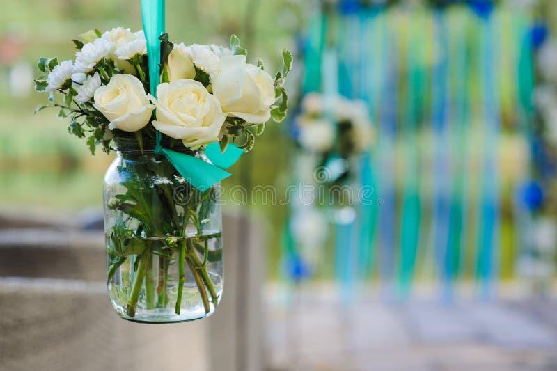Flores en el tarro de cristal foto de archivo