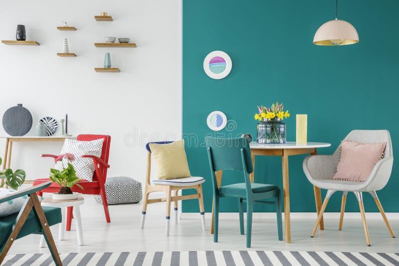 Flores en interior colorido del apartamento imagen de archivo