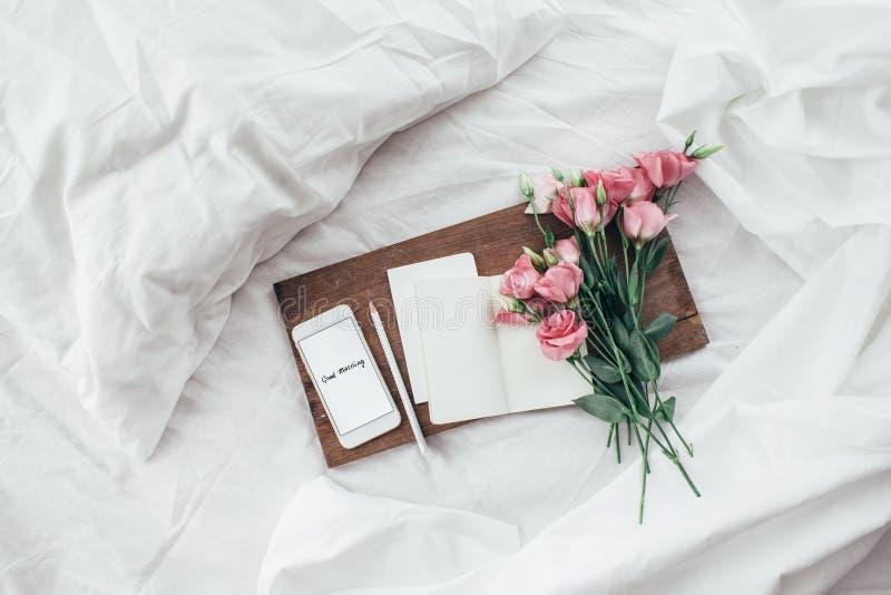 Flores en la cama, concepto de la buena mañana imágenes de archivo libres de regalías