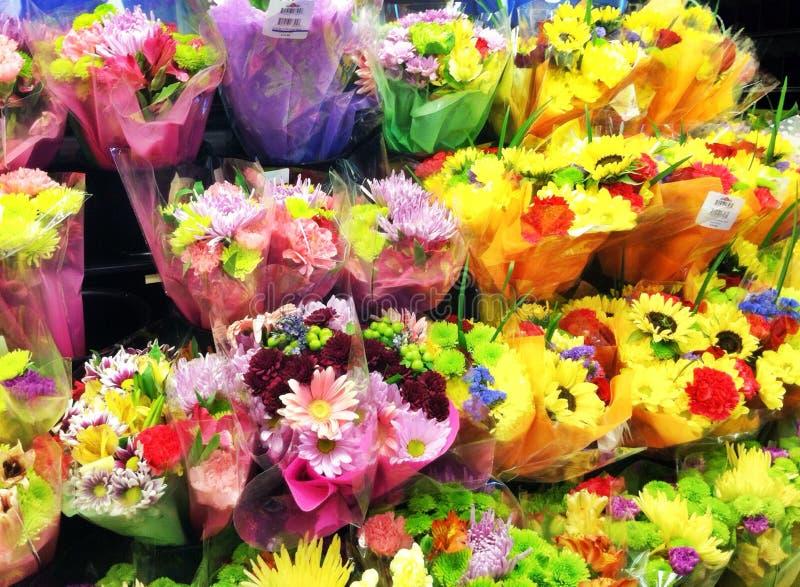 Flores en la exhibición en la floristería fotografía de archivo libre de regalías