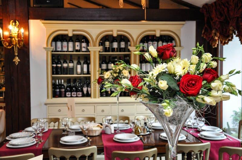 Flores en salón del restaurante fotos de archivo