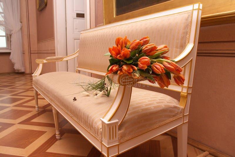 Flores en silla del brazo imágenes de archivo libres de regalías