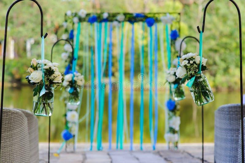 Flores en tarro de dos vidrios imágenes de archivo libres de regalías