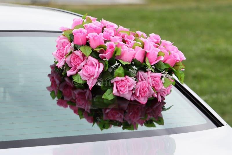 Flores en un coche. foto de archivo