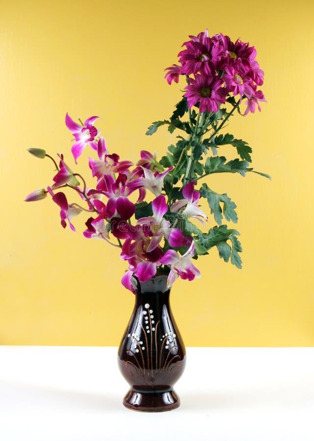 Flores en un florero. foto de archivo