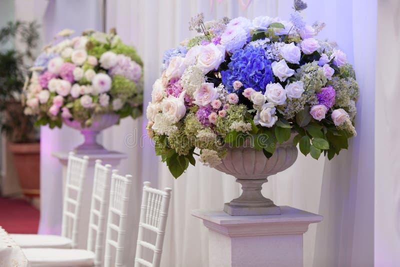 Flores en un florero para la ceremonia de boda imágenes de archivo libres de regalías